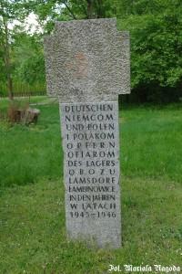 14_Łambinowice- Pomnik w kształcie śląskiego krzyża pokutnego poświęcony ofiarom obozu pracy w Łambinowicach. w l.1945-46