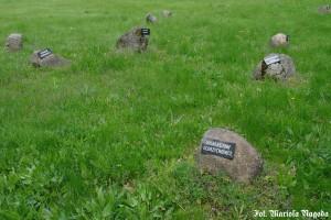 15_Łambinowice- głazy z tabliczkami miejscowości, z których pochodzili zmarli 3