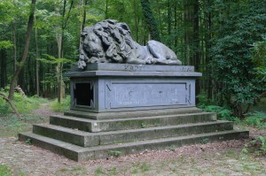 Pokój- żeliwny posąg śpiącego lwa 2
