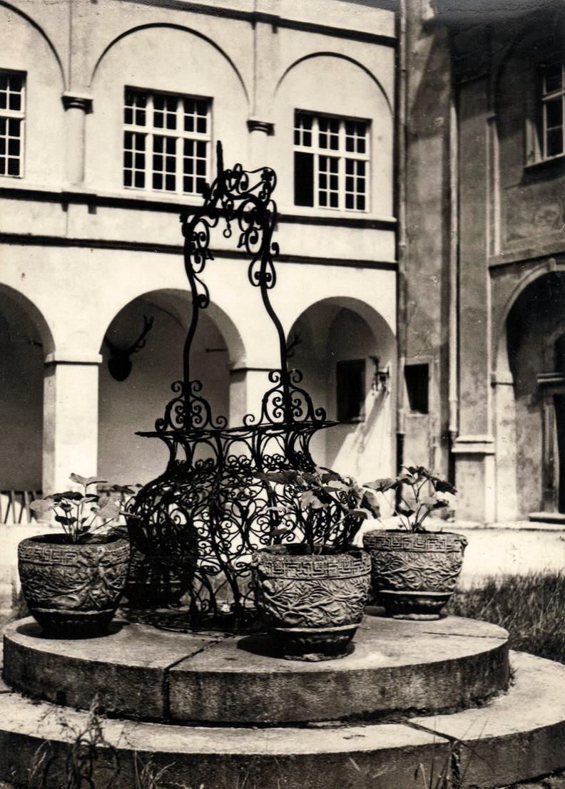 1970-74 dziedziniec zamkowy ze studnią