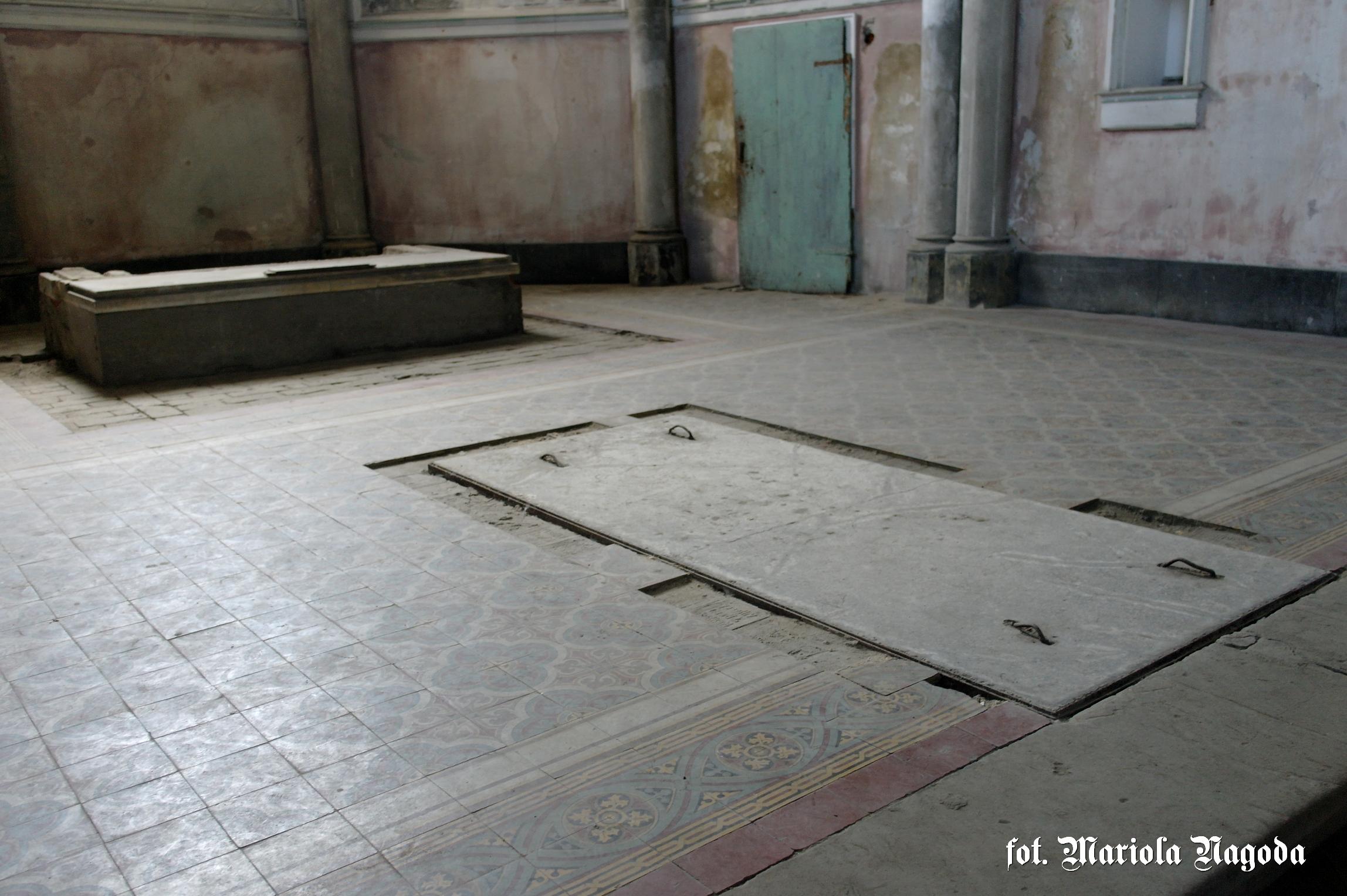 Wejście do grobowców w kaplicy