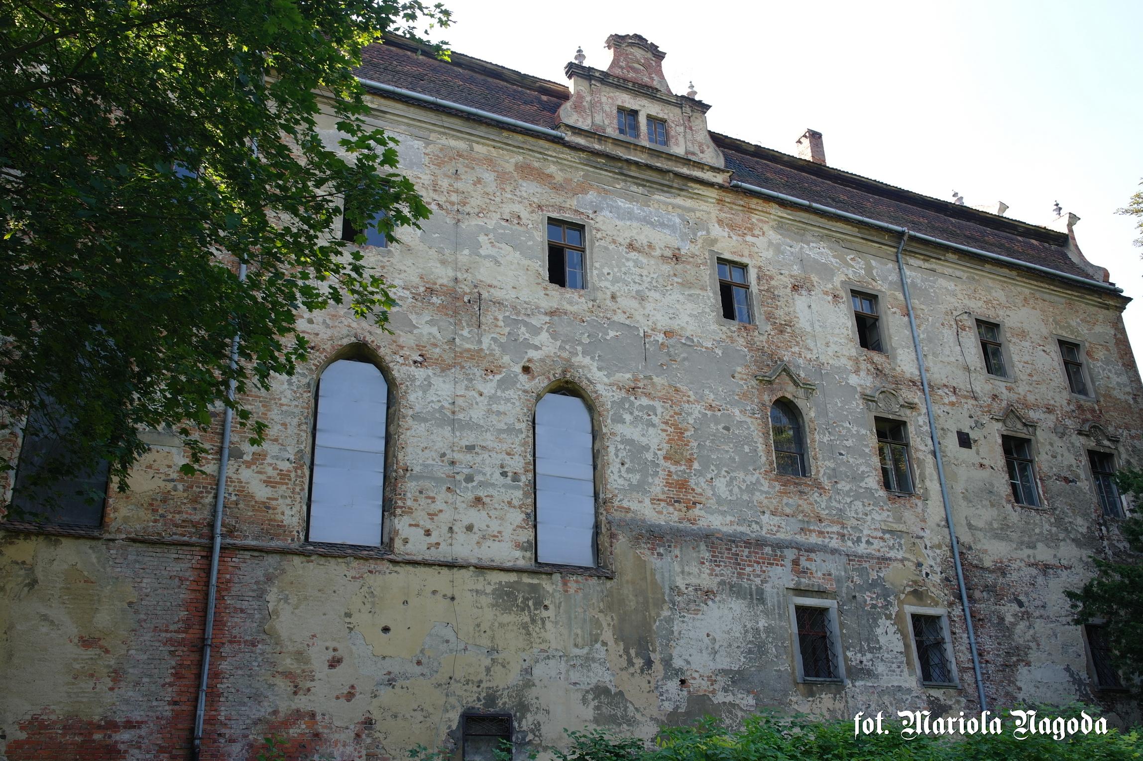 Widok na kaplicę od zewnętrznej strony zamku