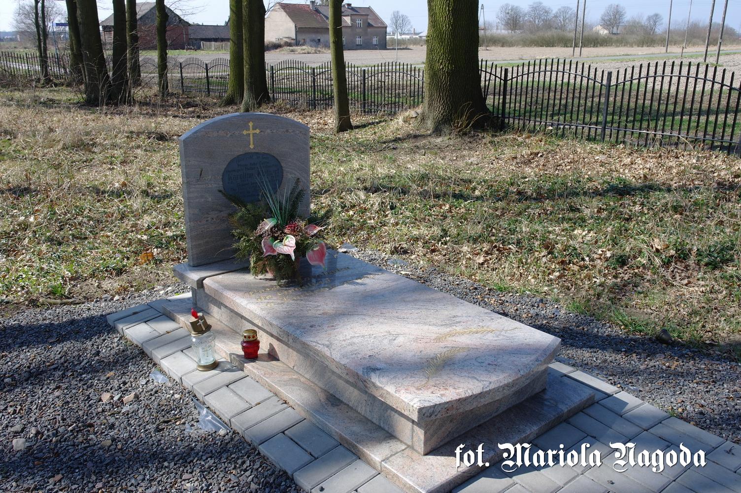 Bzinica Nowa- grób Karolinki 1