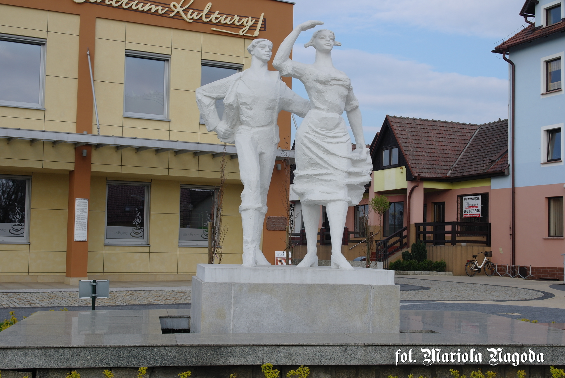 Gogolin- pomnik Karolinki i Karliczka 3
