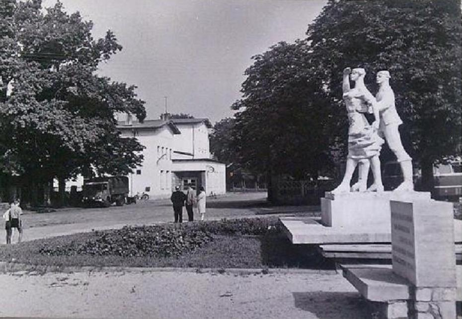 Pomnik Karolinki i Karlika 1970-73